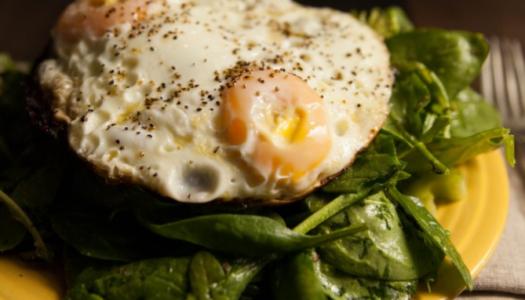 Värske salat kanamunadega